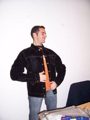 El kai provant-se la jaqueta en el seu aniversari